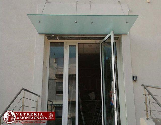 porta con tettoia in vetro