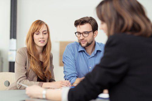 Una coppia si consulta con un avvocato