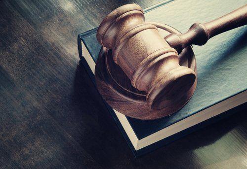 Martello da giudice sul libro