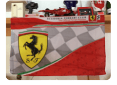 Bandiera e altri oggetti promozionali della casa Ferrari