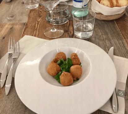 un piatto con delle crocchette e dell'insalata
