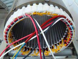 Operaio Facendo una constatazione elettrica