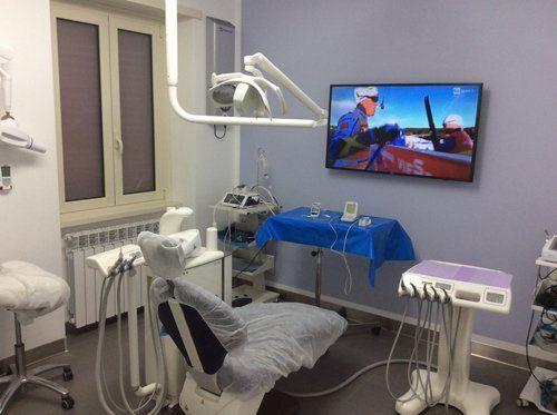 ambulatorio dentistico con schermo televisivo