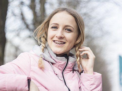Trattamento ortodontico per la correzione dei disallineamenti dentali.
