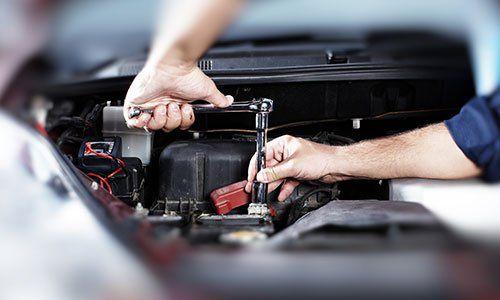 Mani di meccanico auto in servizio di riparazione auto