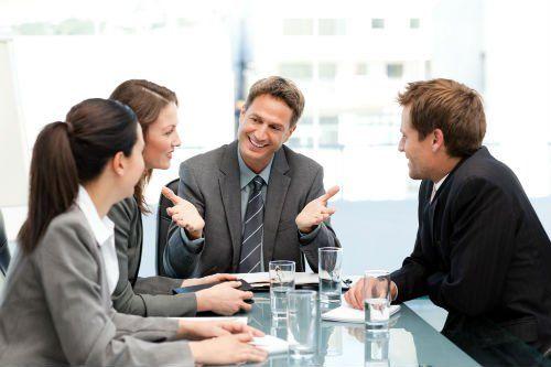 Quattro persone durante un meeting aziendale