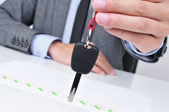 una mano con una chiave di una macchina