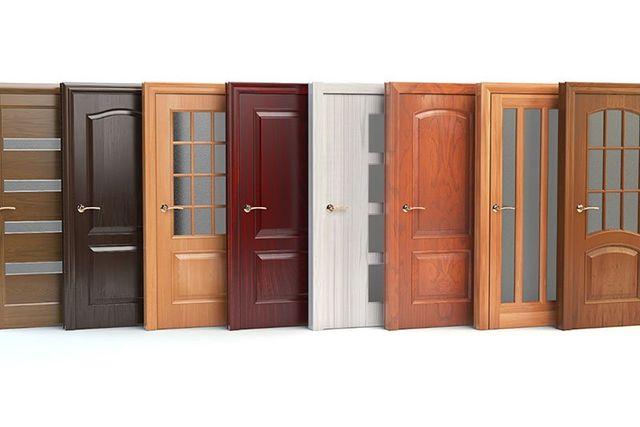 Campionatura di porte di PVC in diverse tonalità bruni imitando legno