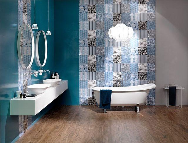 un bagno con sulla sinistra due lavabi e una vasca al centro