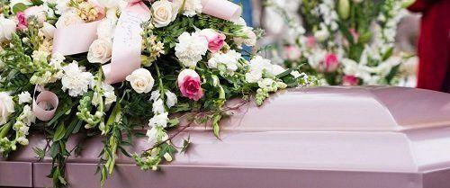 una bara con sopra dei fiori