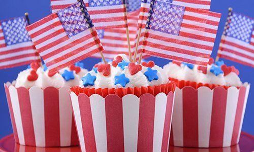 Tre cupcake con delle bandierine dell'America