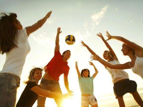 un gruppo di ragazzi e ragazze che giocano a volleyball