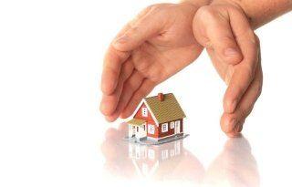 Mani proteggendo una casa