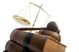 Libri di leggi, mazza e bilancia della giustizia