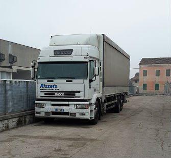 un camion bianco