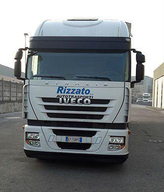 un camion bianco Iveco con scritto Rizzato