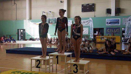 tre bambine sul podio