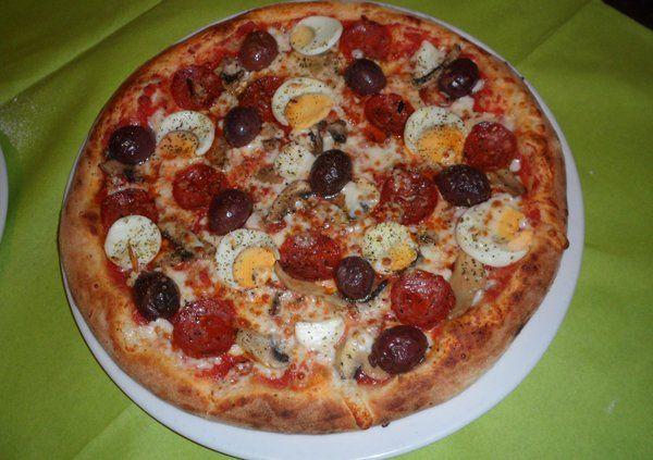 Una pizza cotta nel forno a legna a Trieste