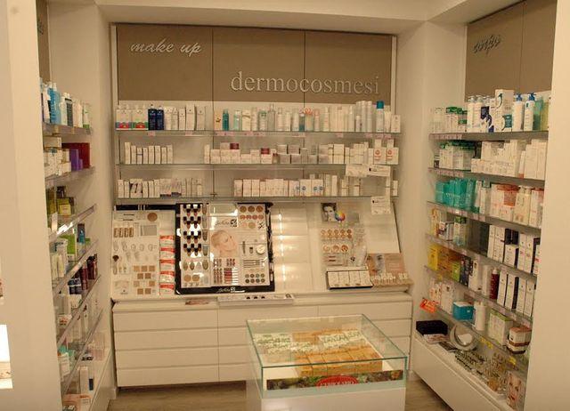 immagine che mostra i locali interni di una farmacia con un vasto assortimento di prodotti parafarmaceutici e di cosmesi