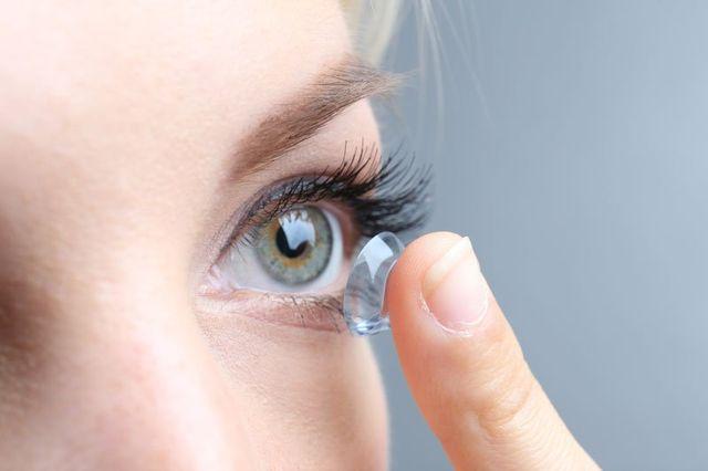 una donna che si sta mettendo una lente a contatto