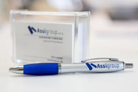 una penna su un tavolo