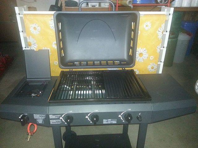 Barbecue, piano cottura di color nero esposta  interno di un negozio-Ferramenta mioni-Casaleone