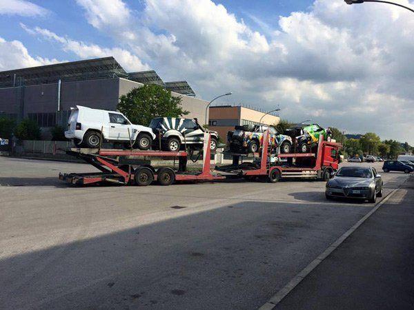 vista angolare di un camion con auto