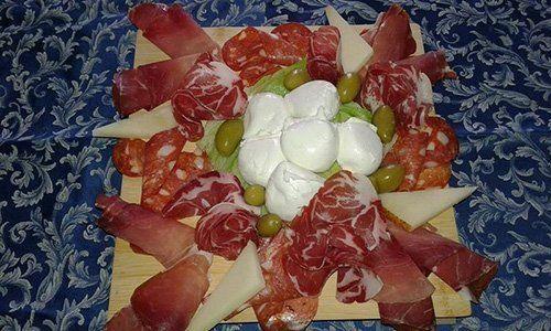 tagliere con salumi e formaggi italiani