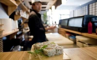 sushi su un bancone di legno