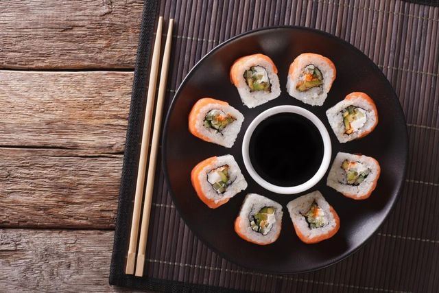 sushi su piatto nero