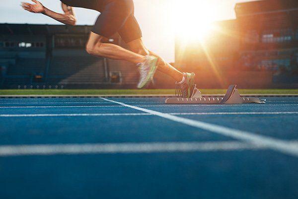 Un atleta inizia la corsa dalla linea di partenza