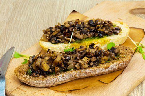 tagliere con bruschette con funghi e melanzane a Latina
