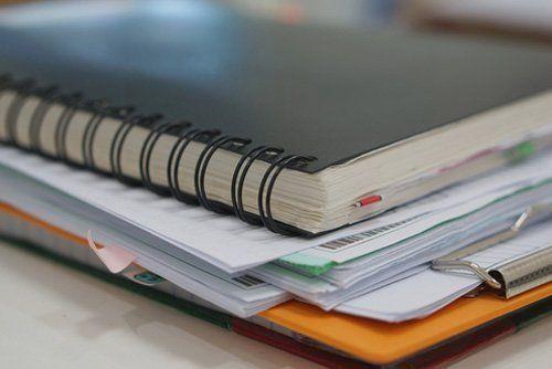 un quaderno e dei fogli su un tavolo