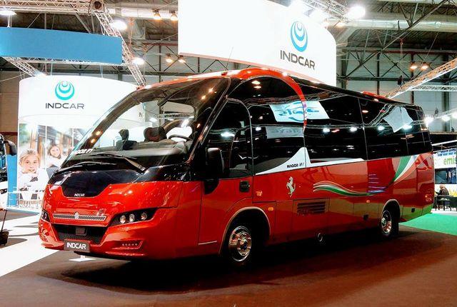 un autobus marca ferrari a noleggio