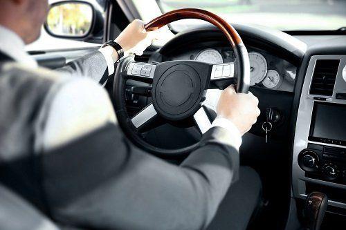 un conducente guida un'auto