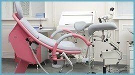 Moderna sedia di riconoscimento di colore grigio e rosa
