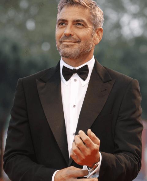 george Clooney in giacca e cravatta