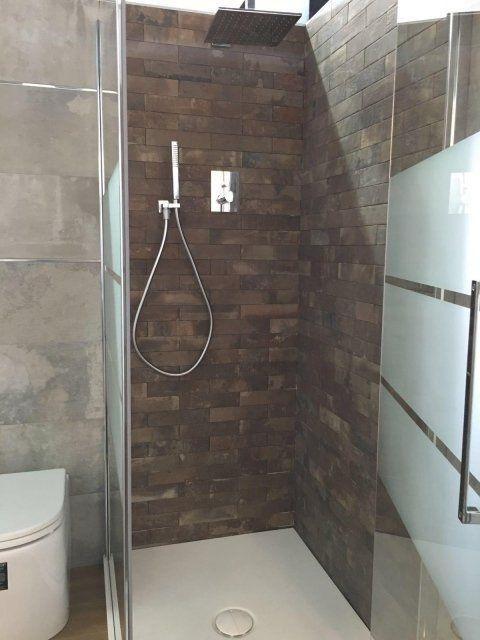 Box doccia quadrato con piastrelle imitando mattone