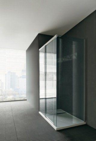 Box doccia con vetri scuri e porta scorrevole