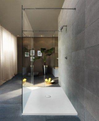 Box doccia di vetro con parete di pietra