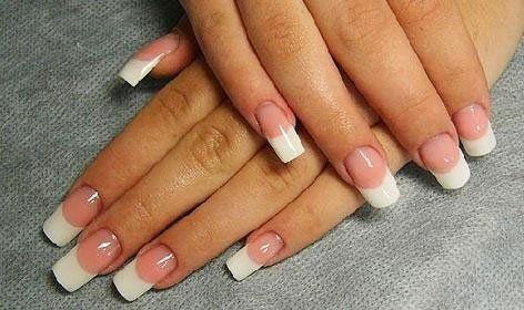 Delle mani con una manicure francese