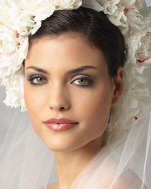 Una ragazza truccata da sposa