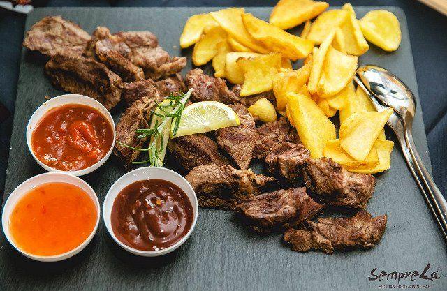 Piatto di carne e patate a Siracusa