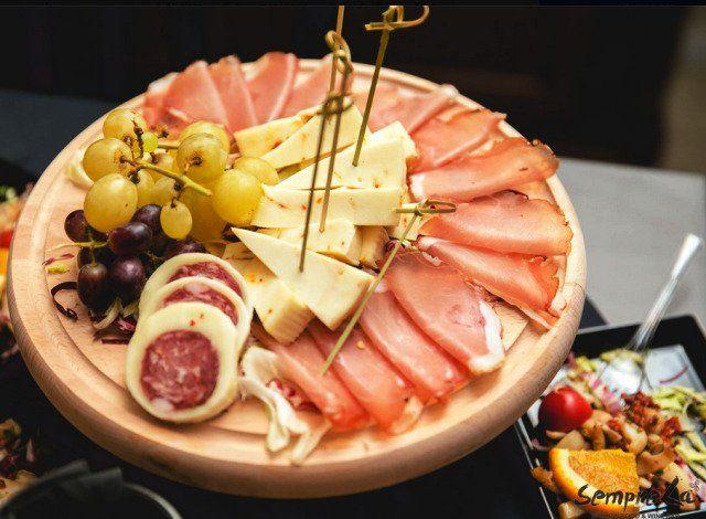 tagliere di salumi con formaggio e uva