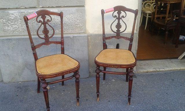 Due sedie antiche impagliate una a fianco dell'altra