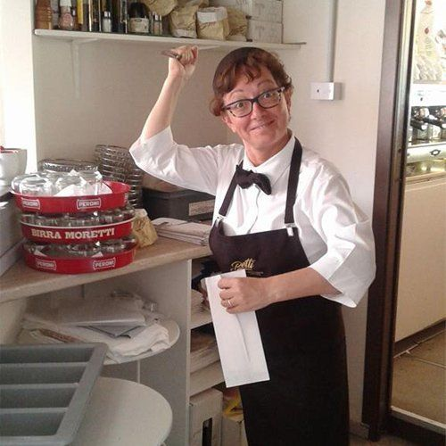 chef in cucina con espressione bizzarra