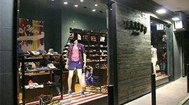 vetrina negozi abbigliamento