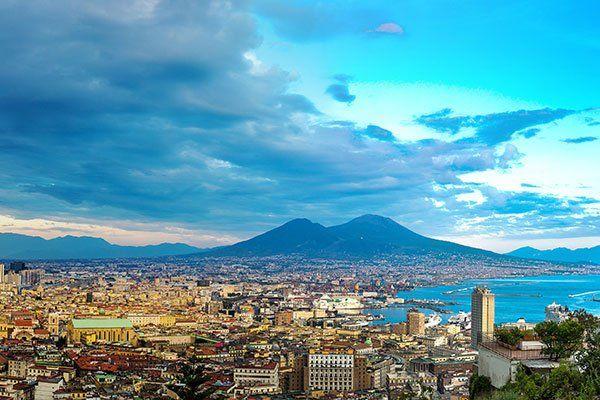 il Vesuvio sullo sfondo al tramonto in un giorno d'estate