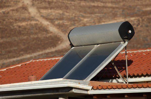due pannelli solari su un tetto