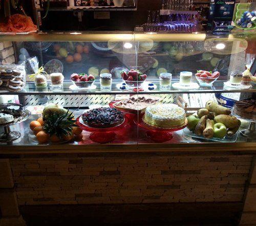 torte e frutta nel bancone de lRistorante Roby dal 1990